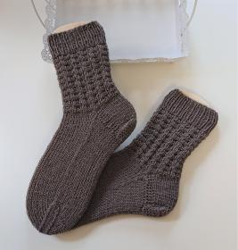 Gestrickte  dickere Socken aus  6-fach Sockenwolle in braun -  Gr. 38/39 , handgestrickt von  la piccola Antonella - Handarbeit kaufen
