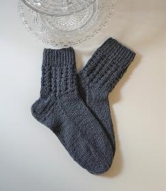 Gestrickte  dickere Socken aus  6-fach Sockenwolle in grau  -  Gr. 38/39 , handgestrickt von  la piccola Antonella