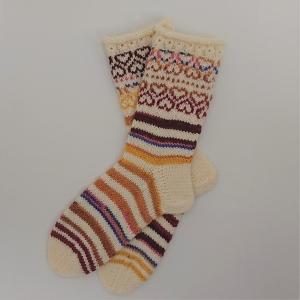 Gestrickte dickere Socken in woll weiß / bunt aus 6-fach Sockenwolle mit eingestrickten Herzen  -  Gr. 38/39 , handgestrickt von  la piccola Antonella