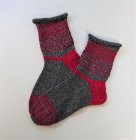 Gestrickte dickere Socken in grau / rot  aus 6-fach Sockenwolle mit eingestrickten Herzen  -  Gr. 38/39 , handgestrickt von  la piccola Antonella