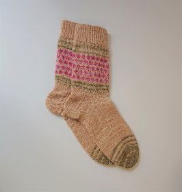 Gestrickte bunte  Socken  mit Einstrickmuster in beige grün beere -  Gr. 38/39 , handgestrickt von  la piccola Antonella - Handarbeit kaufen
