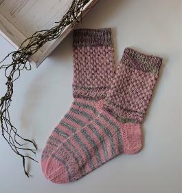 Gestrickte bunte Fairisle Socken in grau rosa , Stricksocken, Kuschelsocken in der  Gr. 38/39 , handgestrickt von la piccola Antonella