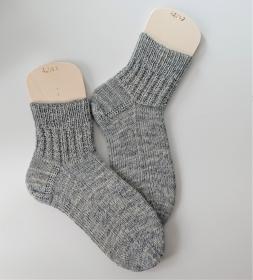 Handgestrickte Wollsocken in grau,  Gr. 42/43  mit Strukturmuster im Schaft, Stricksocken handmade by la piccola Antonella - Handarbeit kaufen