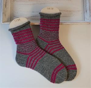 Gestrickte bunte Socken mit Glitzer in grau pink  , Stricksocken, Kuschelsocken in der  Gr. 38/39 , handgestrickt von la piccola Antonella