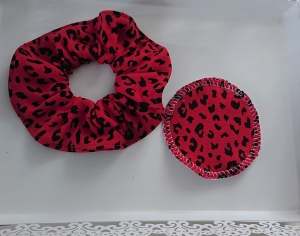 Scrunchy  Scrunchies , Haargummi aus  Baumwolle mit Leo Print in rot,  tragbar auch als Armband , inkl.  1 Kosmetikpad, Handmade by la piccola Antonella - Handarbeit kaufen