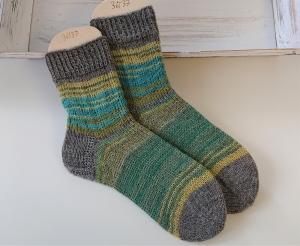 Gestrickte  Socken in grün Tönen und grau , Stricksocken, Kuschelsocken, Gr. 36/37 , handgestrickt von la piccola Antonella - Handarbeit kaufen