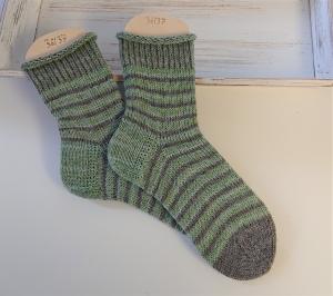 Gestrickte  Socken mit Ringeln in grün und grau , Stricksocken, Kuschelsocken, Gr. 36/37 , handgestrickt von la piccola Antonella - Handarbeit kaufen