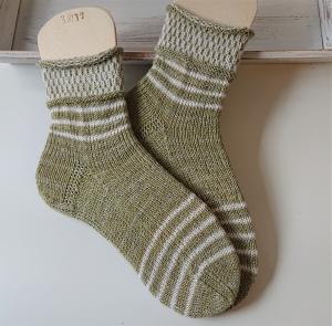 Gestrickte  Socken mit Ringeln in grün und weiß, Stricksocken, Kuschelsocken, Gr. 38/39 , handgestrickt von la piccola Antonella - Handarbeit kaufen