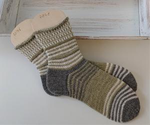 Gestrickte  Socken mit Ringeln in grün weiß grau, Stricksocken, Kuschelsocken, Gr. 40/41 , handgestrickt von la piccola Antonella
