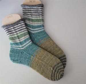 Gestrickte  Socken mit Ringeln in grün weiß grau, Stricksocken, Kuschelsocken, Gr. 36/37 , handgestrickt von la piccola Antonella