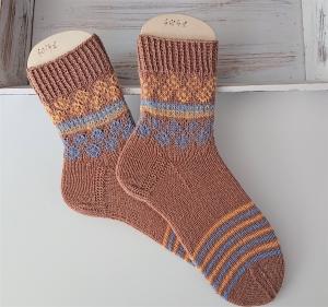 Gestrickte  Socken in braun gelb blau mit Ringeln und Schaft in Fairisle, Stricksocken, Kuschelsocken, Gr. 40/41 , handgestrickt von la piccola Antonella