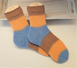 Gestrickte Socken mit breiten Blockstreifen in blau braun gelb, Stricksocken, Kuschelsocken, Gr. 38/39 , handgestrickt von la piccola Antonella - Handarbeit kaufen