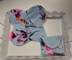 Waschbare Slipeinlagen / Binden aus Baumwolle mit Hibiskus in blau, 2 Stück, Zero Waste, handmade by la piccola Antonella - Handarbeit kaufen