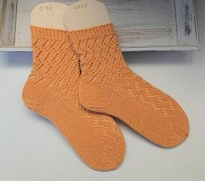 Gestrickte Socken mit Ajormuster in gelb, Stricksocken, Kuschelsocken, Gr. 40/41 , handgestrickt von la piccola Antonella