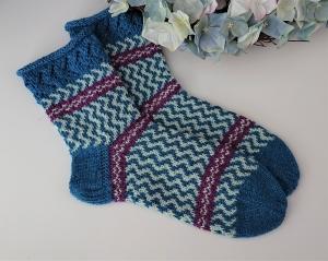 Gestrickte Socken in Fairisle Technik in blau mint beere, Stricksocken, Kuschelsocken, Gr. 38/39 , handgestrickt von la piccola Antonella - Handarbeit kaufen