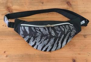 Bauchtasche Hüfttasche in schwarz mit Tiger Print, tragbar auch als Crossbag, Umhängetasche, handmade by la piccola Antonella - Handarbeit kaufen