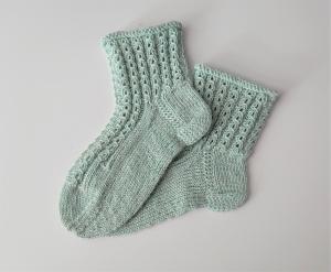 Gestrickte Socken für Kinder mit Zopfmuster in mint, Stricksocken, Kuschelsocken, Gr. 30/31 , handgestrickt von la piccola Antonella - Handarbeit kaufen
