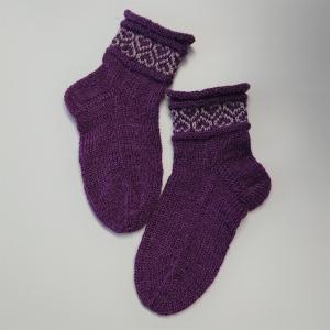 Gestrickte Socken für Kinder in beere grau mit Einstrickmuster im Schaft, Stricksocken, Kuschelsocken, Gr. 30/31 , handgestrickt von la piccola Antonella - Handarbeit kaufen
