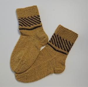 Gestrickte Socken für Kinder in gelb braun mit Einstrickmuster im Schaft, Stricksocken, Kuschelsocken, Gr. 28/29, handgestrickt von la piccola Antonella - Handarbeit kaufen