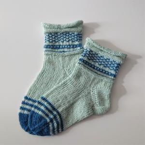 Gestrickte Socken für Kinder in mint blau mit Einstrickmuster im Schaft, Stricksocken, Kuschelsocken, Gr. 28/29, handgestrickt von la piccola Antonella - Handarbeit kaufen