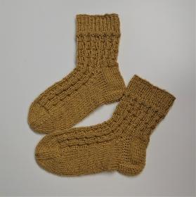 Gestrickte Socken für Kinder in gelb mit Strukturmuster, Stricksocken, Kuschelsocken, Gr. 26/27, handgestrickt von la piccola Antonella - Handarbeit kaufen