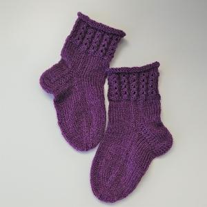 Gestrickte Socken für Kinder in beere mit Zopfmuster, Stricksocken, Kuschelsocken, Gr. 22/23, handgestrickt von la piccola Antonella - Handarbeit kaufen