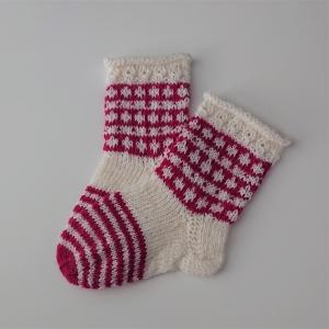 Gestrickte Socken für Kinder in weiß beere, Stricksocken, Kuschelsocken, Gr. 22/23, handgestrickt von la piccola Antonella - Handarbeit kaufen