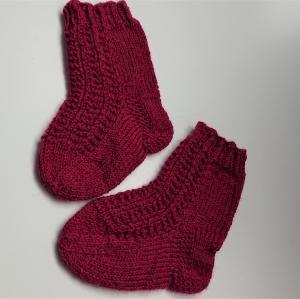 Gestrickte Socken für Kinder in beere, Stricksocken, Kuschelsocken, Gr. 20/21, handgestrickt von la piccola Antonella - Handarbeit kaufen