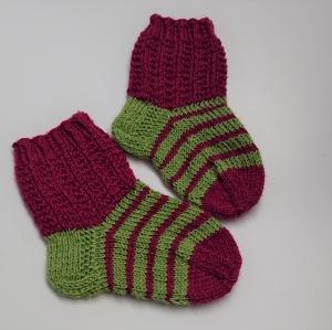 Gestrickte Socken für Kinder in grün und beere, Stricksocken gestreift, Kuschelsocken, Gr. 20/21, handgestrickt von la piccola Antonella - Handarbeit kaufen