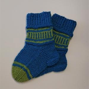 Gestrickte Socken für Kinder in blau grün, Stricksocken gestreift, Kuschelsocken, Gr. 20/21, handgestrickt von la piccola Antonella - Handarbeit kaufen