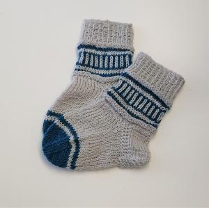 Gestrickte Socken für Kinder in grau blau, Stricksocken gestreift, Kuschelsocken, Gr. 20/21, handgestrickt von la piccola Antonella - Handarbeit kaufen