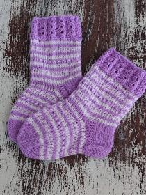 Gestrickte Socken für Kinder in lila weiß, Stricksocken gestreift, Kuschelsocken, Gr. 20/21, handgestrickt von la piccola Antonella - Handarbeit kaufen