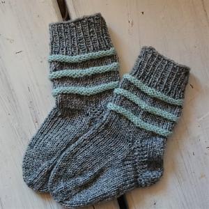 Gestrickte Socken für Kinder in grau mint, Stricksocken gestreift, Kuschelsocken, Gr. 18/19, handgestrickt von la piccola Antonella - Handarbeit kaufen