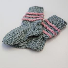 Gestrickte Socken für Kinder in grau rosa, Stricksocken gestreift, Kuschelsocken, Gr. 18/19, handgestrickt von la piccola Antonella - Handarbeit kaufen
