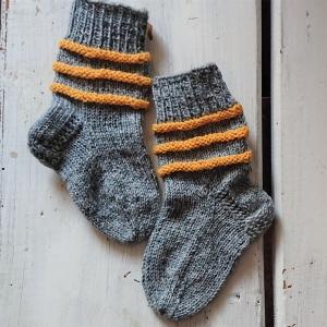 Gestrickte Socken für Kinder in grau gelb, Stricksocken gestreift, Kuschelsocken, Gr. 18/19, handgestrickt von la piccola Antonella - Handarbeit kaufen