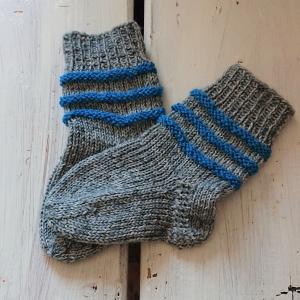 Gestrickte Socken für Babys in grau blau, Stricksocken gestreift, Kuschelsocken, Gr. 16/17, handgestrickt von la piccola Antonella - Handarbeit kaufen