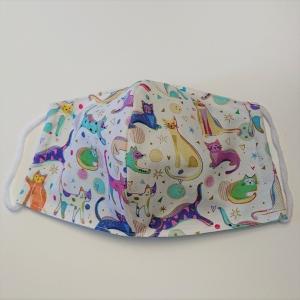 Mund - und Nasen - Maske in weiß mit bunten Katzen, 2 lagig aus  Baumwolle  , KEIN Virenschutz , handmade by la piccola Antonella - Handarbeit kaufen
