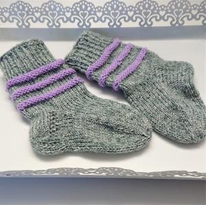 Gestrickte Socken für Babys in grau lila, Stricksocken gestreift, Kuschelsocken, Gr. 16/17, handgestrickt von la piccola Antonella - Handarbeit kaufen