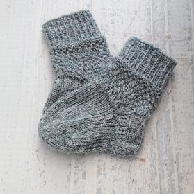 Gestrickte Socken für Babys in grau, Babysocken, Stricksocken, Kuschelsocken, ca. 0 - 3 Monate, handgestrickt von la piccola Antonella - Handarbeit kaufen
