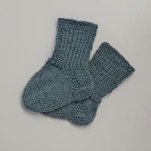 Gestrickte Socken für Babys in graublau, Babysocken, Stricksocken, Kuschelsocken, ca. 0 - 3 Monate, handgestrickt von la piccola Antonella - Handarbeit kaufen