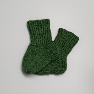 Gestrickte Socken für Babys in grün, Babysocken, Stricksocken, Kuschelsocken, ca. 0 - 3 Monate, handgestrickt von la piccola Antonella - Handarbeit kaufen
