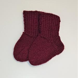 Gestrickte Socken für Babys in weinrot, Babysocken, Stricksocken, Kuschelsocken, ca. 0 - 3 Monate, handgestrickt von la piccola Antonella - Handarbeit kaufen