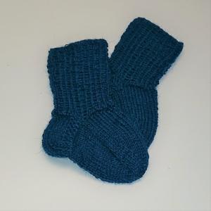 Gestrickte Socken für Babys in petrol, Babysocken, Stricksocken, Kuschelsocken, ca. 0 - 3 Monate, handgestrickt von la piccola Antonella - Handarbeit kaufen