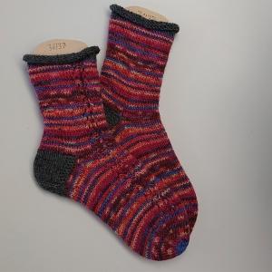 Gestrickte Socken in Rot Tönen, Gr. 36/37 aus 6 fädiger Sockenwolle, Wollsocken, Kuschelsocken, handgestrickt von la piccola Antonella - Handarbeit kaufen
