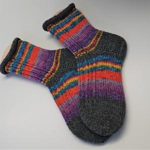 Gestrickte Socken in bunten Verlaufsfarben, Gr. 36/37 aus 6 fädiger Sockenwolle, Wollsocken, Kuschelsocken, handgestrickt von la piccola Antonella - Handarbeit kaufen