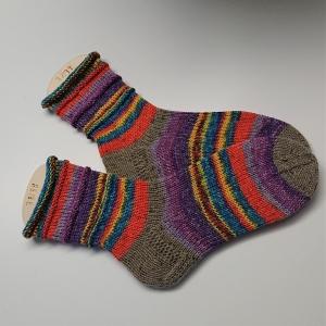 Gestrickte Socken in bunten Verlaufsfarben, Gr. 38/39 aus 6 fädiger Sockenwolle, Wollsocken, Kuschelsocken, handgestrickt von la piccola Antonella