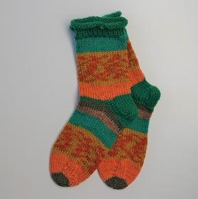 Gestrickte dicke Socken in grün orange, Gr. 38/39 aus 8 fädiger Sockenwolle, Wollsocken, Kuschelsocken, handgestrickt von la piccola Antonella