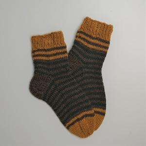 Gestrickte dicke Socken mit Streifen, Gr. 36/37 aus 8 fädiger Sockenwolle, Wollsocken, Kuschelsocken, handgestrickt von la piccola Antonella  - Handarbeit kaufen