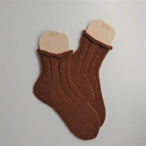 Gestrickte dicke Socken in camel mit Zopfmuster, Gr. 36/37 aus 8 fädiger Sockenwolle, Wollsocken, Kuschelsocken, handgestrickt von la piccola Antonella   - Handarbeit kaufen