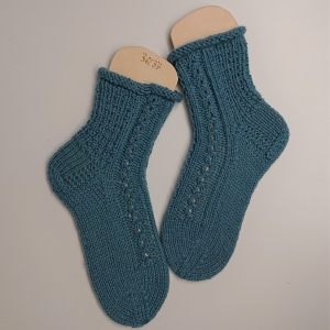 Gestrickte dicke Socken in mint mit Zopfmuster, Gr. 36/37 aus 8 fädiger Sockenwolle, Wollsocken, Kuschelsocken, handgestrickt von la piccola Antonella